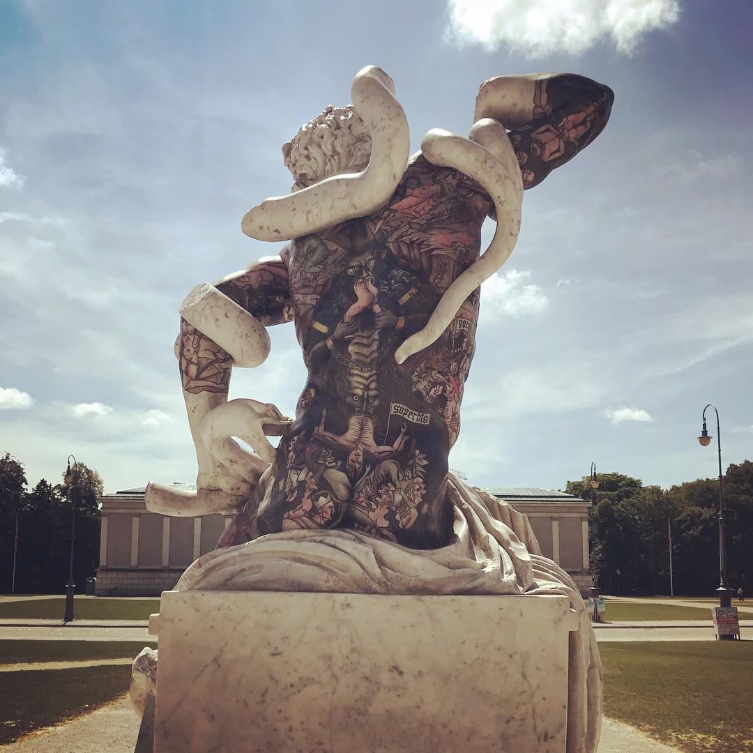 Cultura: opera d'<b>arte</b> di un noto scultore <b>italiano</b> vandalizzata ieri notte a Monaco di Baviera [FOTO]