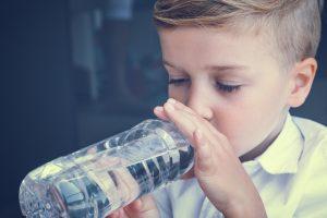 bimbo bere acqua bottiglia idratazione