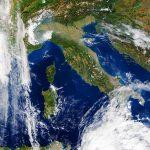 """Allerta Meteo, si intensifica il maltempo al Sud: piogge torrenziali in Calabria e Sicilia mentre il Nord Europa """"brucia"""" per un caldo senza precedenti, oltre +20°C in Lapponia! [LIVE]"""
