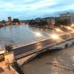 """La piena dell'Adige arriva a Verona, città col fiato sospeso almeno fino alle 12: """"non sappiamo se lo scolmatore del Garda basterà"""" [LIVE]"""