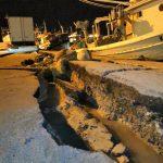 Terremoto a Zante, 3 feriti e tanta paura ma non ci sono morti: crolli, frane e una crepa enorme al porto [FOTO]