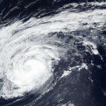 """Leslie, l'uragano """"zombie"""" dell'Atlantico si avvicina alle Canarie: potrebbe diventare il ciclone tropicale più longevo di sempre [MAPPE]"""