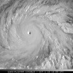 """Due """"mostri"""" di categoria 5 nel Pacifico: con il super tifone Kong-Rey, l'uragano Walaka a ovest delle Hawaii [MAPPE]"""