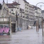 Maltempo Piemonte: il Po ha superato il livello di guardia, esonda ai Murazzi a Torino [GALLERY]