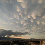 """Maltempo, violenti temporali """"V-Shaped"""" in atto sulla Calabria: tramonto surreale a Reggio per le nuvole """"Mammatus"""" [FOTO]"""