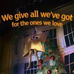 """Regno Unito, lo spot di Natale che emoziona proprio tutti: il """"bimbo spina"""" e la """"stella cantante"""" accendono la recita scolastica [FOTO e VIDEO]"""