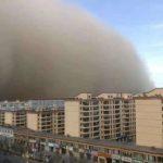 """Enorme tempesta di sabbia in Cina: un """"muro"""" alto 100 metri inghiotte la città di Zhangye in pochi minuti [FOTO e VIDEO]"""