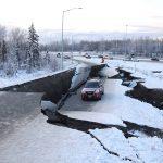Terremoto Alaska, disastro intorno Anchorage: danni gravissimi con frane, crolli e voragini nelle strade [FOTO e VIDEO]