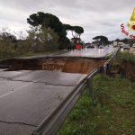 Maltempo, trovata l'auto travolta dalla voragine di San Felice Circeo: si cerca una persona [FOTO LIVE]