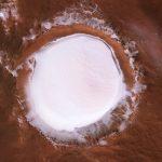 """In volo sopra il cratere Korolev di Marte: lo straordinario VIDEO della """"bocca"""" ghiacciata del Pianeta Rosso"""