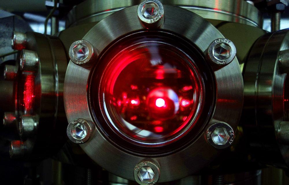 una nuvola di atomi di litio utilizzata per l'esperimento viene raffreddata tramite fasci laser all'interno della camera ad ultra-alto vuoto
