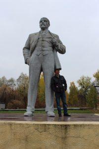 Fabrizio Bancale sotto la statua di Lenin