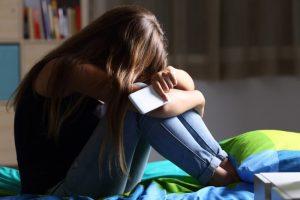 adolescente-depressione-ragazza-smartphone