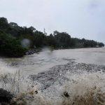 Thailandia, turisti in fuga e onde alte 5 metri: un morto e un disperso per la tempesta Pabuk [GALLERY]