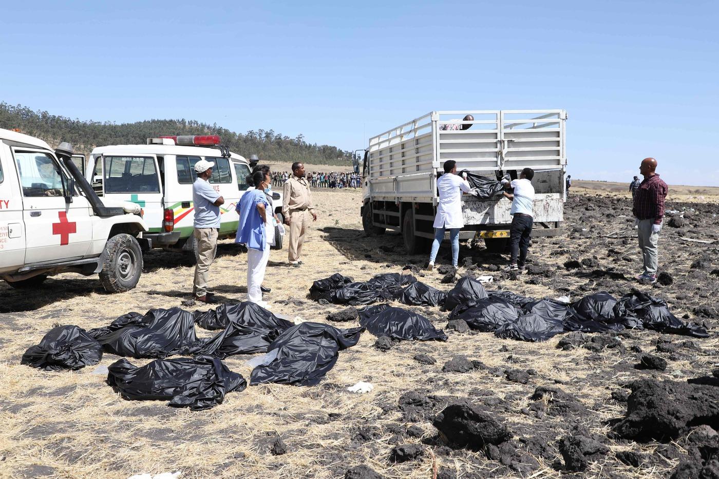 Đội cứu hộ di chuyển những chiếc túi đựng thi thể. (Ảnh qua MeteoWeb)