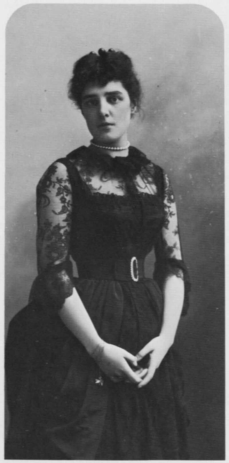 Sembra che anche la madre di Winston Churchill indossasse un piccolo tatuaggio sul polso, un serpente, che copriva, nelle occasioni importanti, con un bracciale.(Fonte immagine: hellenicaworld.com)