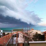 Maltempo, il fronte freddo innesca una maestosa Shelf Cloud sulla costa di Pescara: immagini spaventose [GALLERY]
