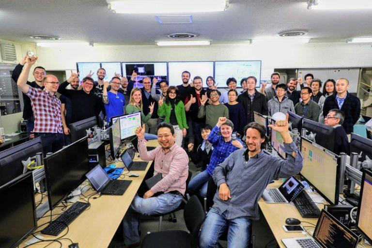 Ricercatori di Belle II che festeggiano le prime collisioni di Belle II nella sala controllo
