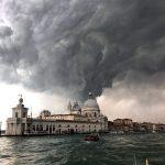 Maltempo, l'aria fredda irrompe sull'Italia ed è subito un disastro: tornado a Venezia, Milano flagellata dal vento di foehn. Gravi danni, Allarme per il Centro/Sud [FOTO e VIDEO LIVE]