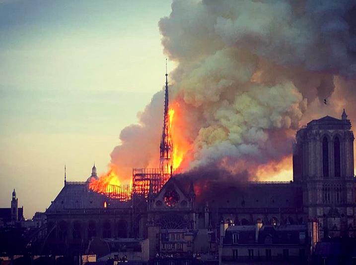 Notre Dame, la vicinanza spirituale e la preghiera del Papa