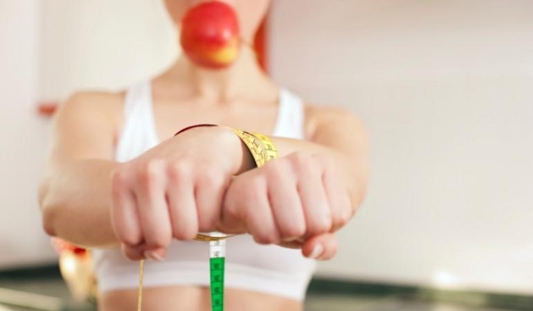 Dieta alternativa con solo succhi per tre settimane: gravi danni al cervello