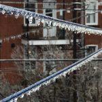 Gelicidio in Québec, il ghiaccio abbatte alberi e linee elettriche: 250.000 persone senza elettricità e disagi [FOTO e VIDEO]