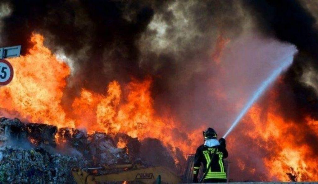 incendi rifiuti vigili del fuoco