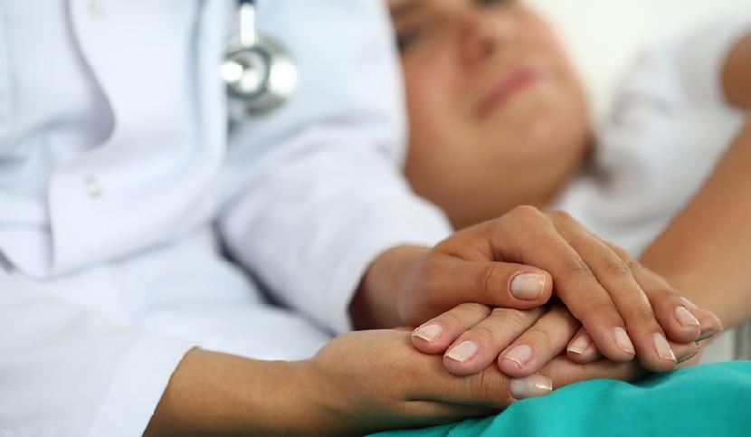 medico paziente dolore affetto