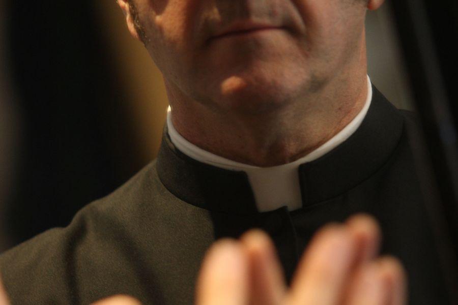 Ex parroco morto soffocato con un crocifisso in gola, fermato un 19enne
