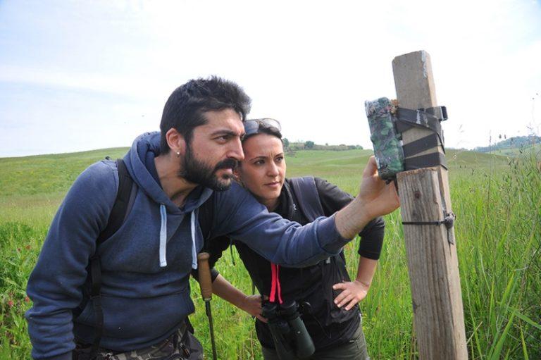 Francesca Coppola e Samuele Baldanti posizionano una fototrappola