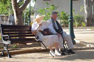 anziani parco caldo
