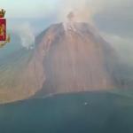 Stromboli, le prime immagini del vulcano stravolto dopo l'esplosione: il VIDEO della Polizia dall'elicottero