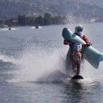 Sfreccia con una moto da cross a 104 Km/h sulle acque del Lago di Como: Luca Colombo batte il record mondiale [FOTO]