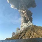 """Stromboli, un morto e un ferito alle isole Eolie: """"esplosione del vulcano tra le più forti mai registrate"""". Pioggia di fuoco, """"sembrava di essere all'inferno"""" [FOTO e VIDEO]"""