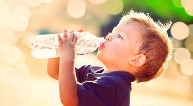 bambini-bere-acqua