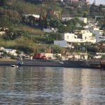 """Stromboli, l'alba del giorno dopo illumina il disastro: """"sembra zona di guerra"""". Scosse nella notte, turisti scappati senza nulla [FOTO e VIDEO]"""
