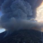 Esplosione Stromboli, Ginostra rimane al buio: blackout per gli incendi, turisti in fuga. Due navi per l'eventuale evacuazione
