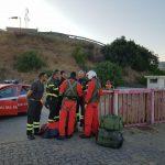 Stromboli, improvvisa esplosione dal cratere: un morto, turisti in fuga. Navi pronte all'evacuazione, è una notte di paura