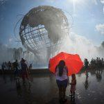 """New York soffoca nel caldo: """"State dentro, non c'è niente da vedere"""". Oltre +35°C per il 3° giorno di fila, blackout e due morti [FOTO]"""