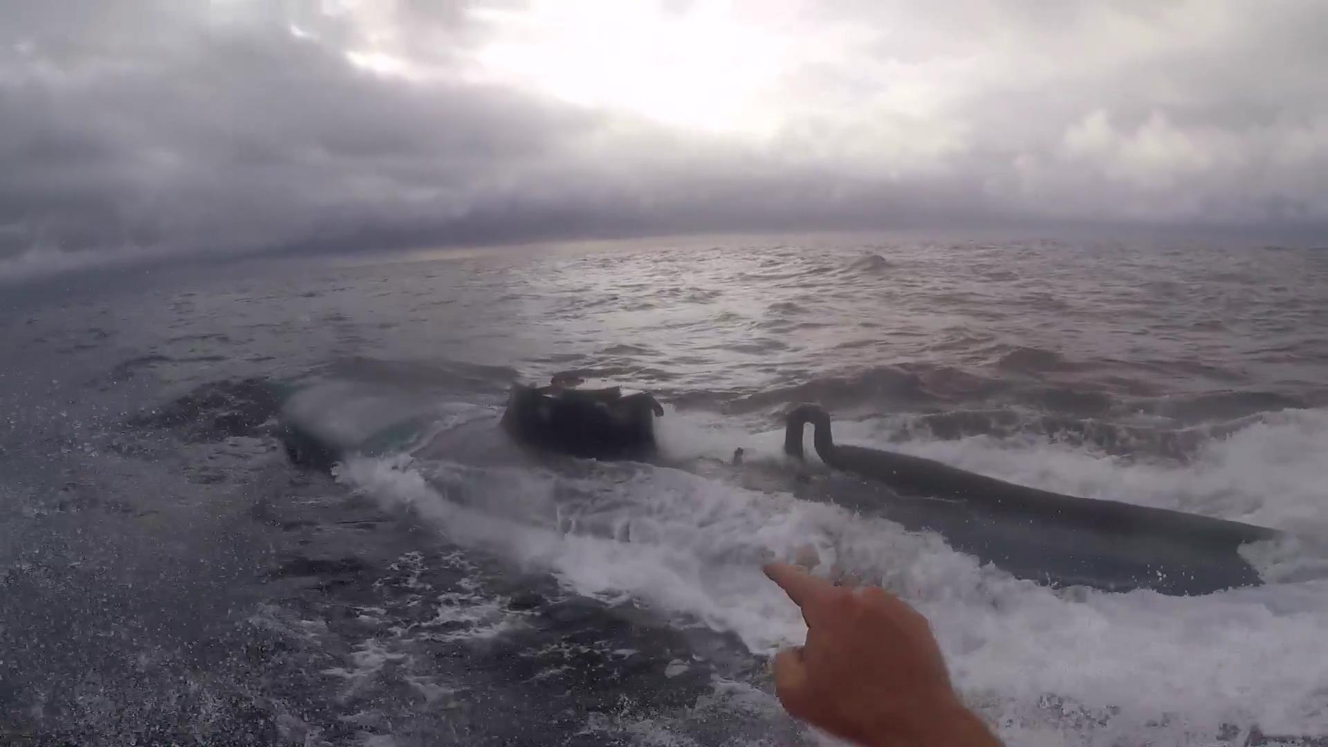 Guardia Costiera assalta sottomarino narcos in movimento