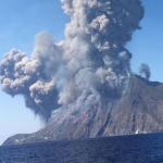 """Esplosioni Stromboli: """"Eruzione straordinaria e imprevedibile, attenzione a collasso craterico e tsunami"""""""
