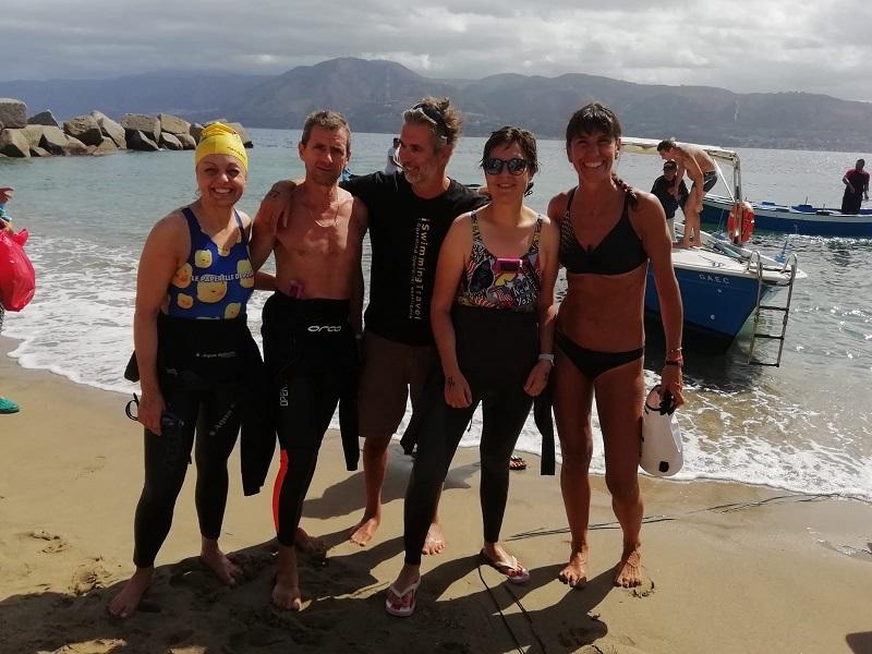 Il gruppo di atleti che ha attraversato lo Stretto