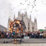 Protestano contro le emissioni di anidride carbonica e bruciano una Terra di carta emettendo anidride carbonica