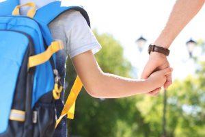 genitori figli bambino zaino scuola