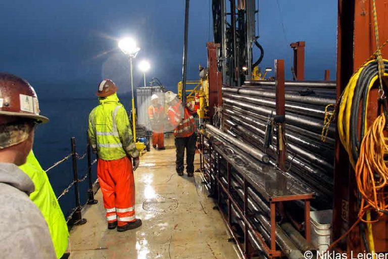 La piattaforma di carotaggio durante le operazioni notturne di recupero del sedimento