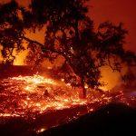 Incendi California, enorme rogo consuma oltre 4.000 ettari: evacuazioni, 180.000 persone senza elettricità [FOTO]