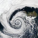 """Allerta Meteo, """"ciclone bomba"""" in Islanda: venti di 200km/h e picchi di 2 metri di neve, scenario letale [MAPPE]"""