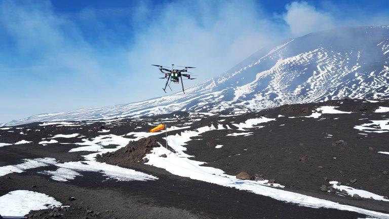 Figura 4 - Drone che sorvola le colate dell'Etna a circa 2900 m s.l.m. Fotografia: INGV - Osservatorio Vesuviano.