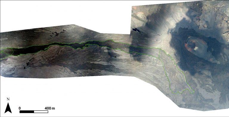 Figura 5 - Ortofoto della parte settentrionale della Valle del Bove. La linea verde evidenzia il limite della colata di Maggio-Giugno 2019. Il cono di scorie in alto a destra è Monte Simone. Immagine: INGV - Osservatorio Etneo.