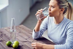 bere acqua limone dopo feste